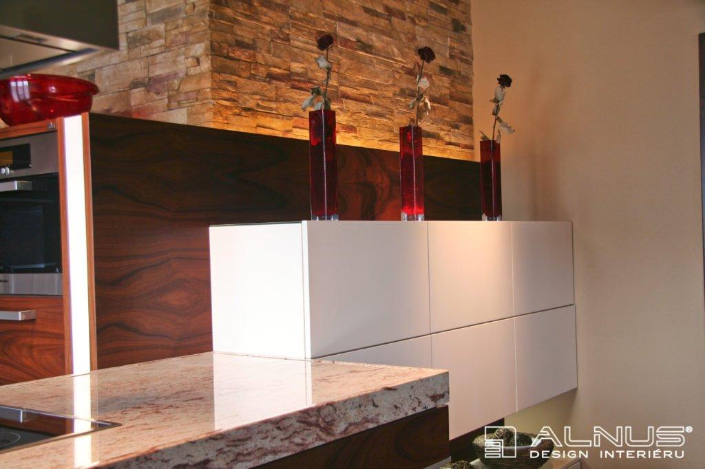přírodní materiály v interiéru bytu 3+kk
