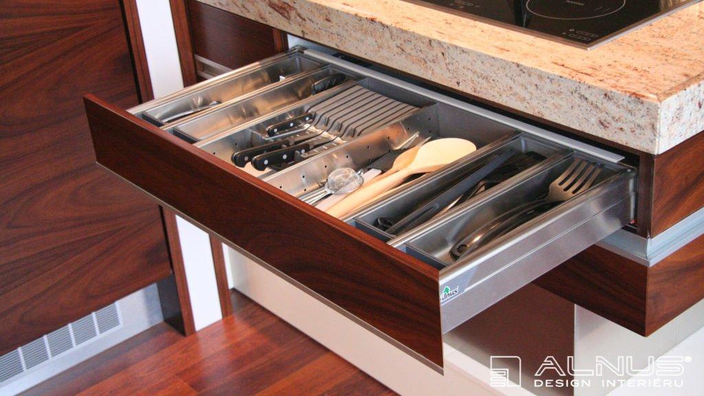 rozdělovník na příbory moderní kuchyně s ostrůvkem