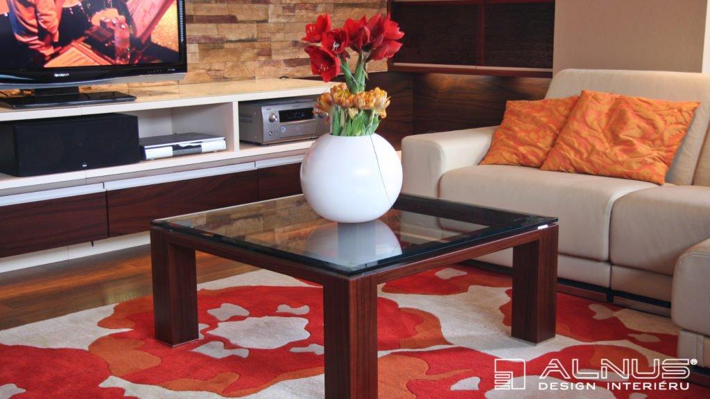 konferenční stolek v interiéru bytu 3+kk