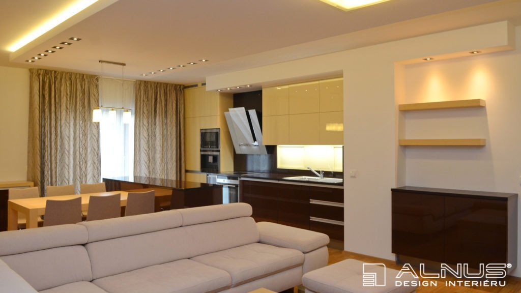 kuchyně s obývákem v malém bytě 3+kk