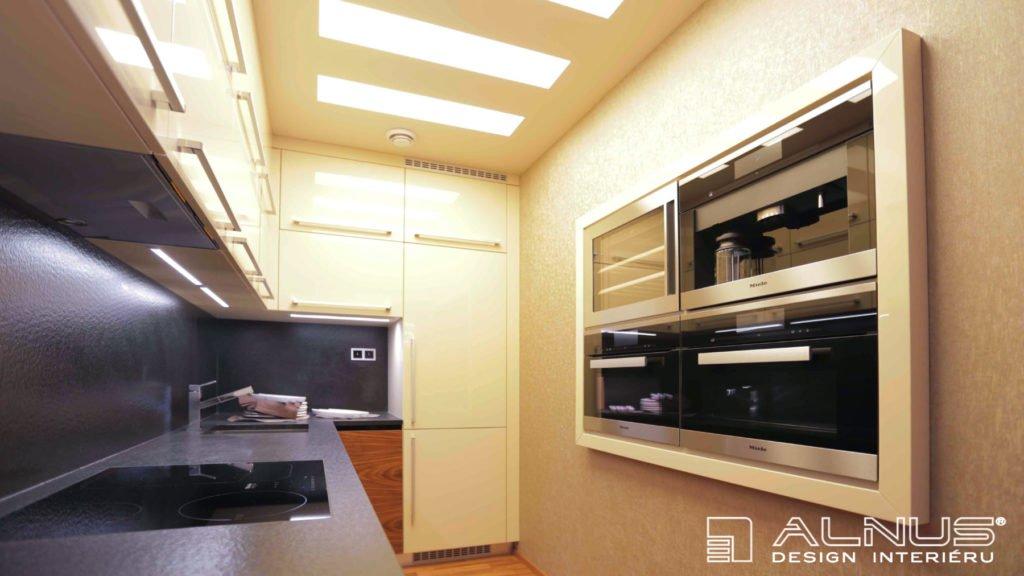 vestavné spotřebiče ve zdi moderní kuchyně v malém bytě 2+kk