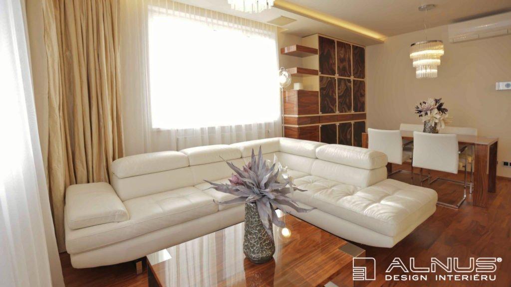 sedačka v interiéru obývacího pokoje v malém bytě 2+kk