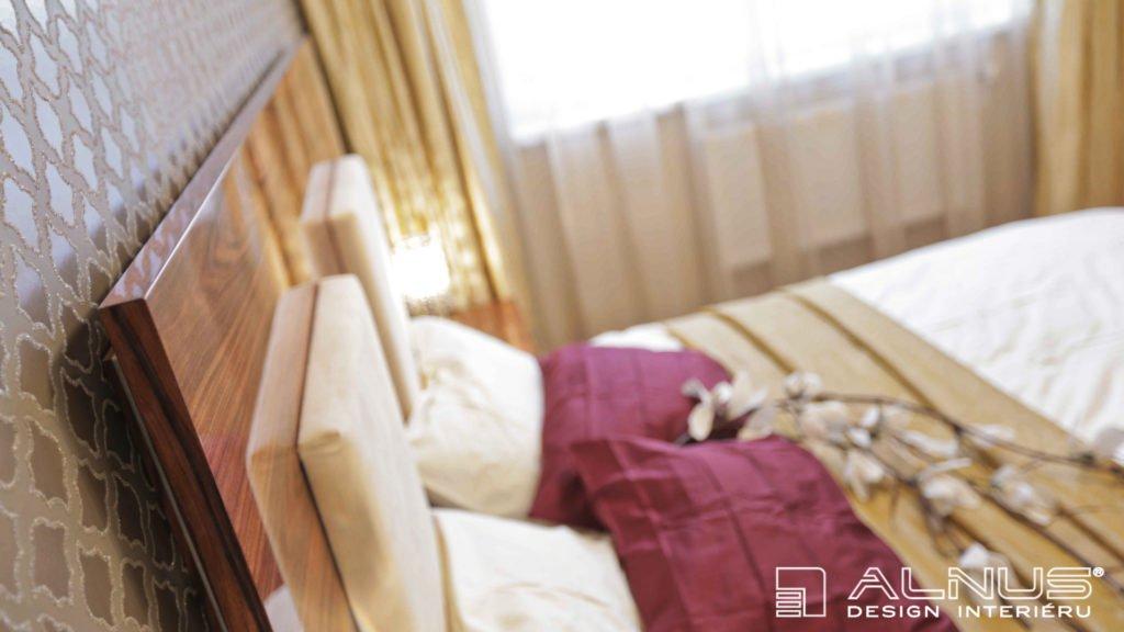 detail čela postele ve vysokém lesku s podsvícením
