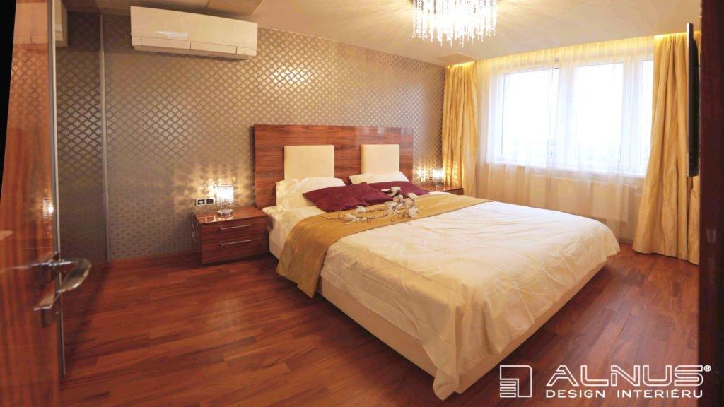 design postele ve vysokém lesku v interiéru malého bytu 2+kk