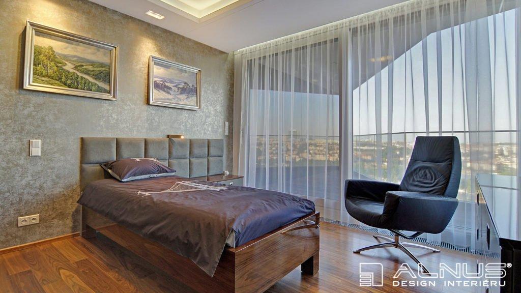 ložnice v interiéru bytu v praze