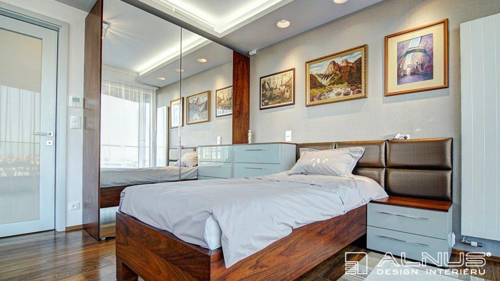ložnice se zrcadly v interiéru bytu v praze