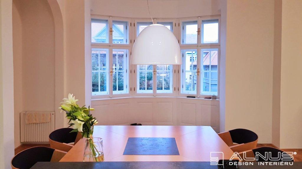 pohled z kuchyně v interiéru domu z první republiky