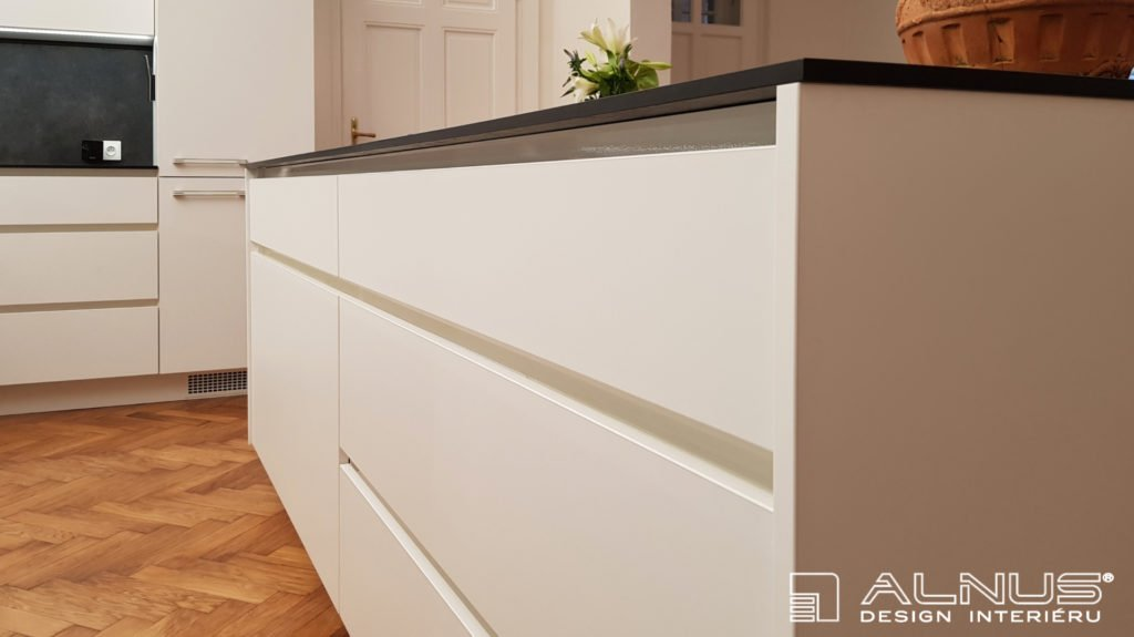 kompaktní pracovní deska v bílé kuchyni