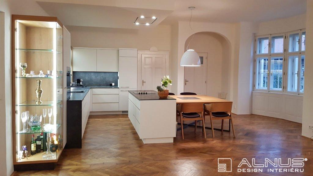 moderní bílá kuchyně v interiéru domu z první republiky