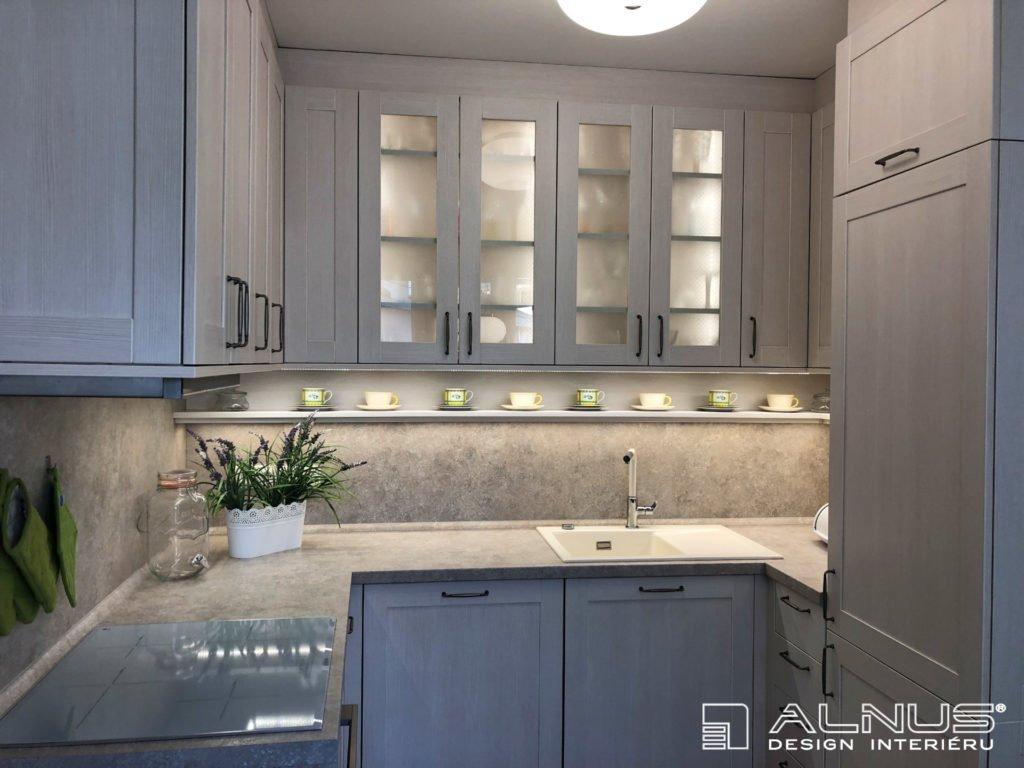 klasická kuchyně v interiéru bytu 2+kk