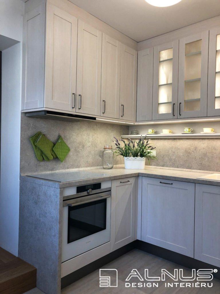 klasická kuchyně v malém bytě ve světlých barvách