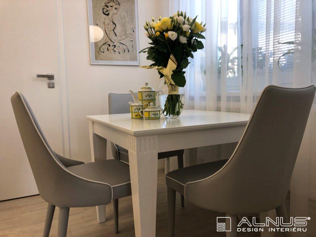 klasický jídelní stůl v interiéru bytu 2+kk
