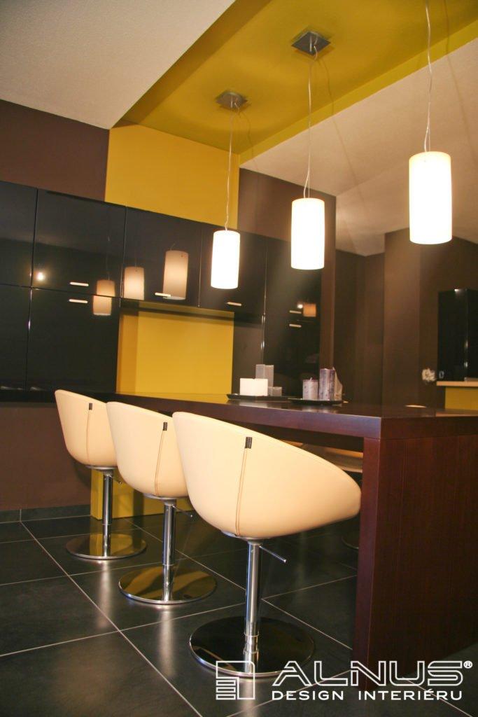 design integrovaného jídelního stolu v interiéru bytu