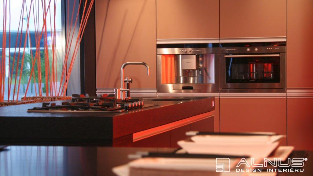 silná pracovní žulová deska v moderní kuchyni kapučíno