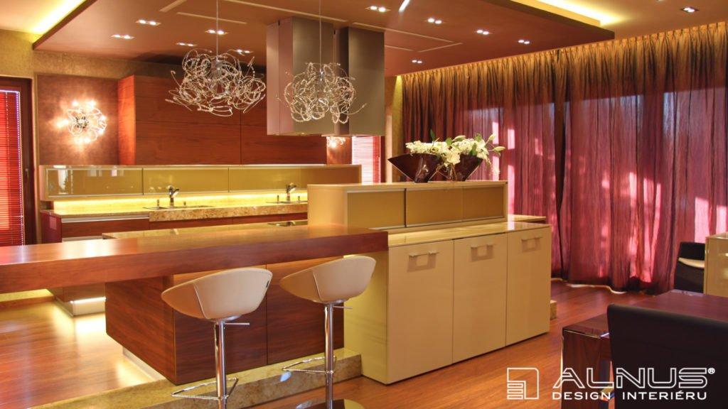 moderní kuchyně s barem v interiéru domu