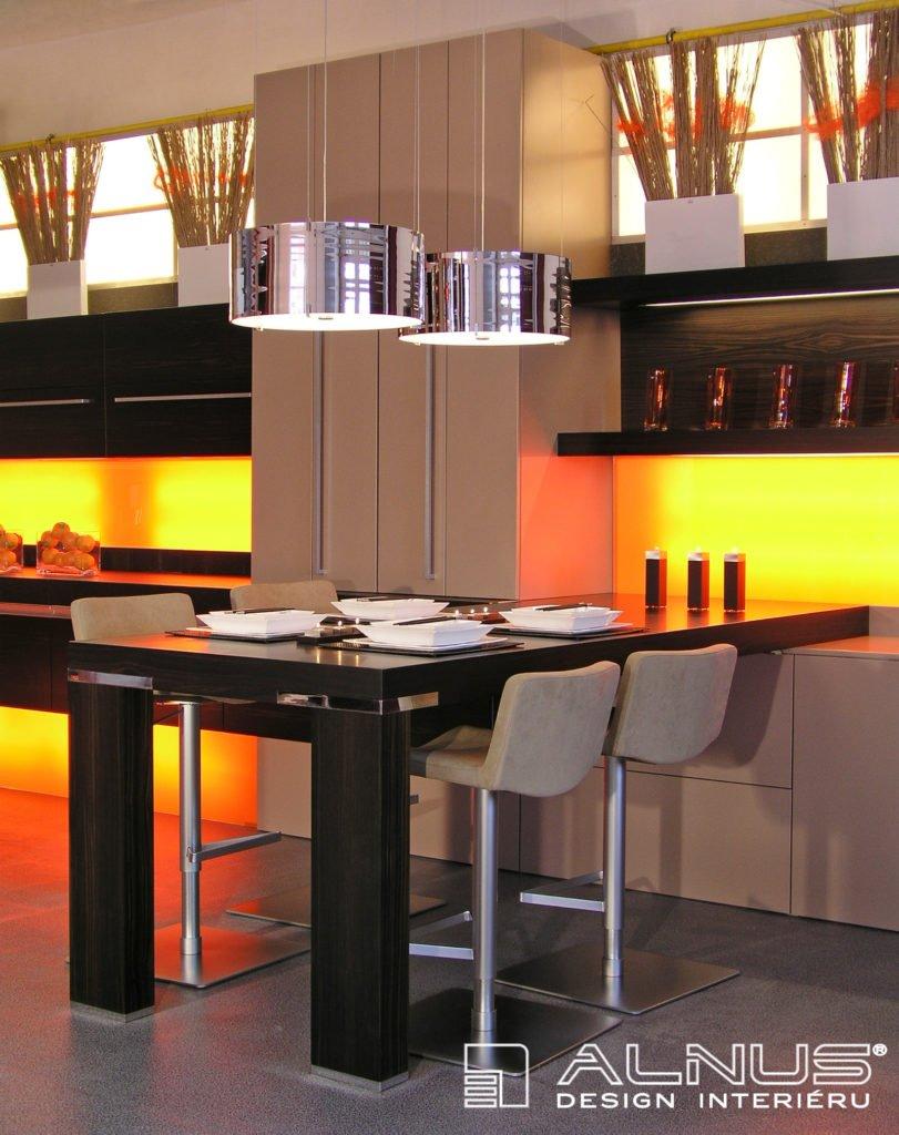 barové židle v kuchyni kapučíno