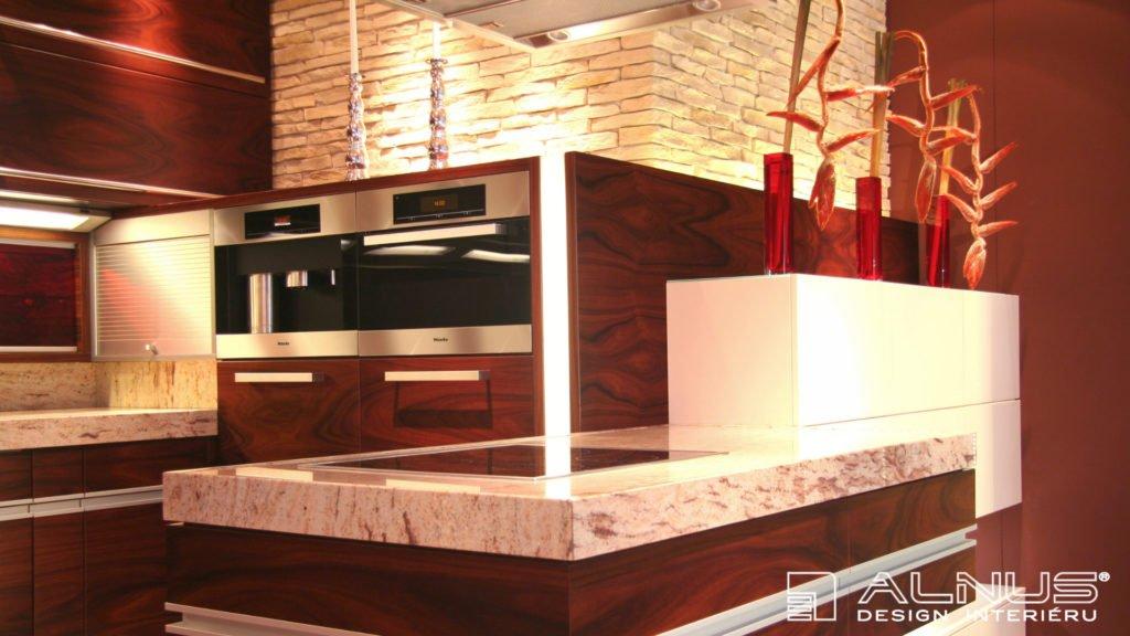 design moderní kuchyně s ostrůvkem a žulovou pracovní deskou