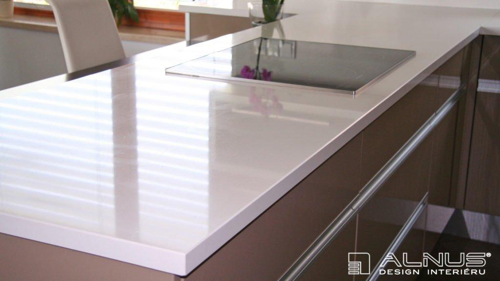 kuchyně kapučíno s bílou pracovní deskou z umělého kamene