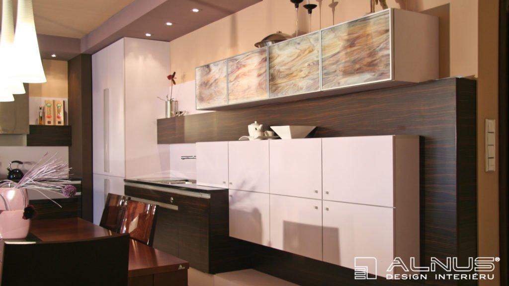 kuchyně s opálovými skly vyrobená na míru