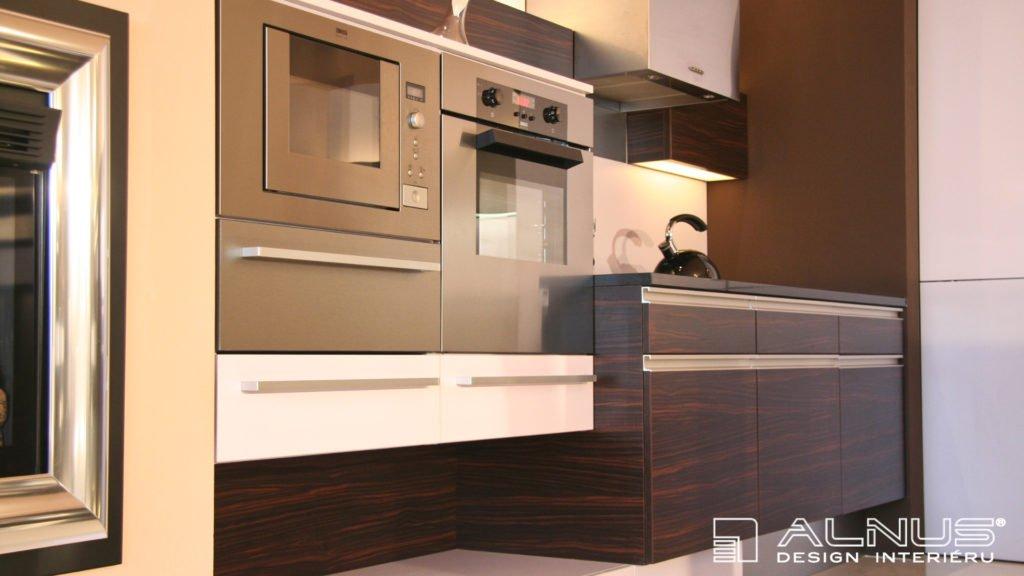 kuchyně s vestavnými spotřebiči vyrobená na míru