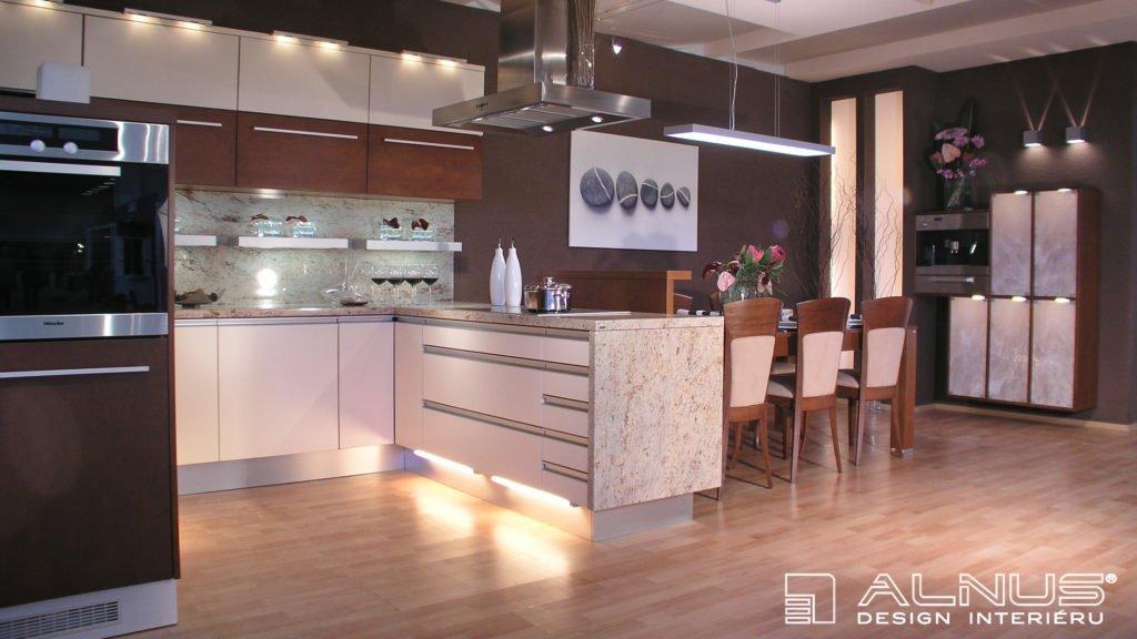 moderní kuchyně se žulovou pracovní deskou a jídelním stolem