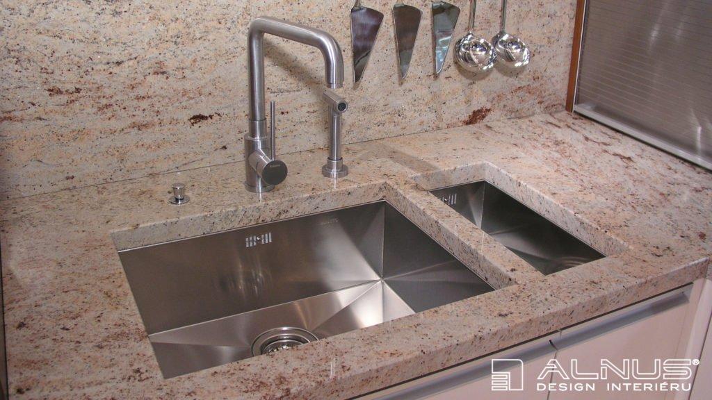 žulová kuchyňská deska s podstavným nerezovým dřezem