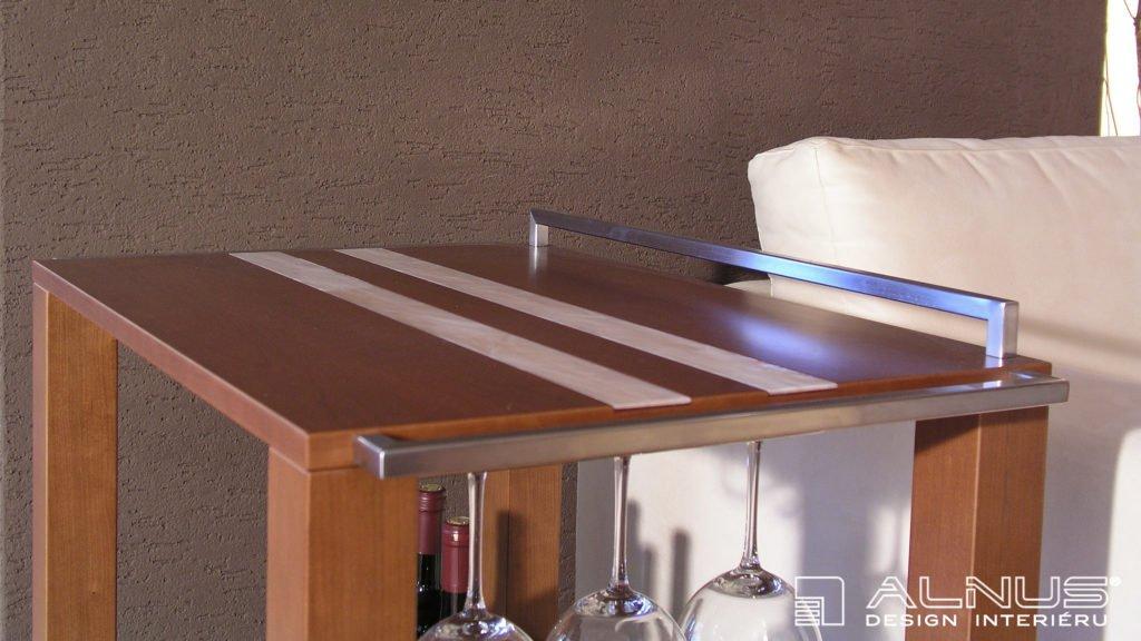 detail servírovacího stolku v moderním interiéru