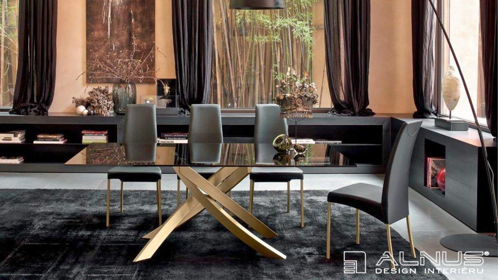 luxusní jídelna se zlatou podnoží stolu