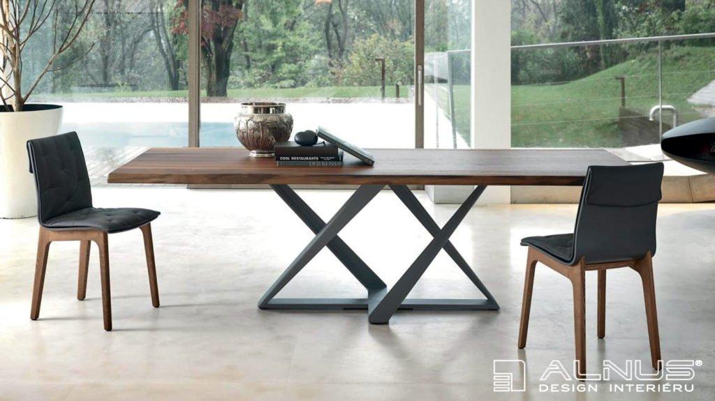 jídelní stůl v moderním interiéru domu