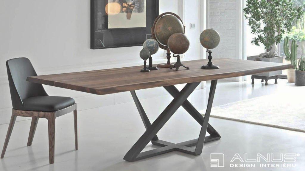 jídelní stůl na centrální podnoži s masivní deskou z ořechu